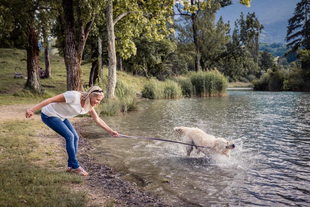 Promenade du chien au lac de Saint André Savoie