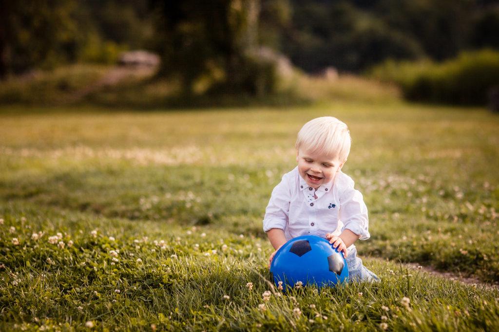 Jeu de ballon pour un enfant au lac de Saint André