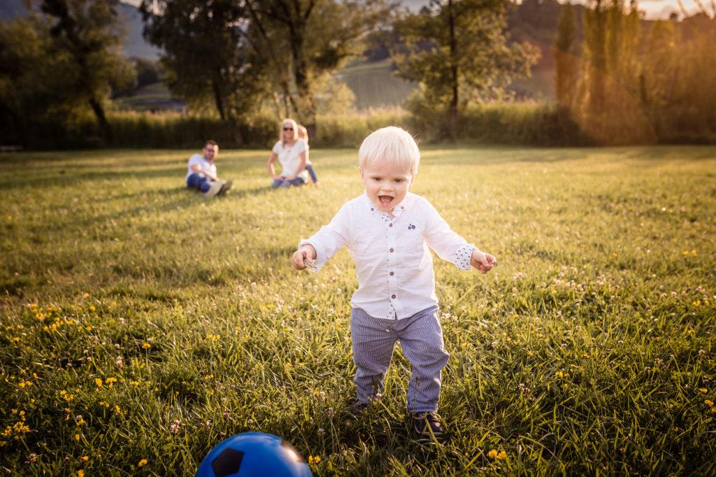 Jeu de ballon lors d'une séance photo famille