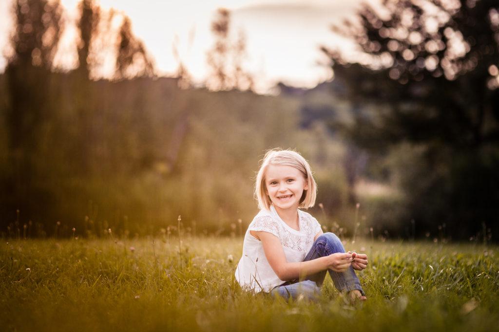 Portrait d'enfant au coucher du soleil
