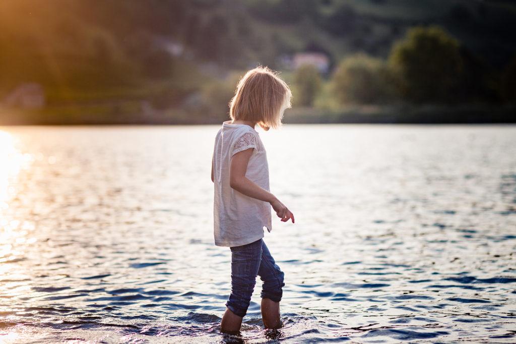 Enfant les pieds dans l'eau au lac de Saint André en Savoie