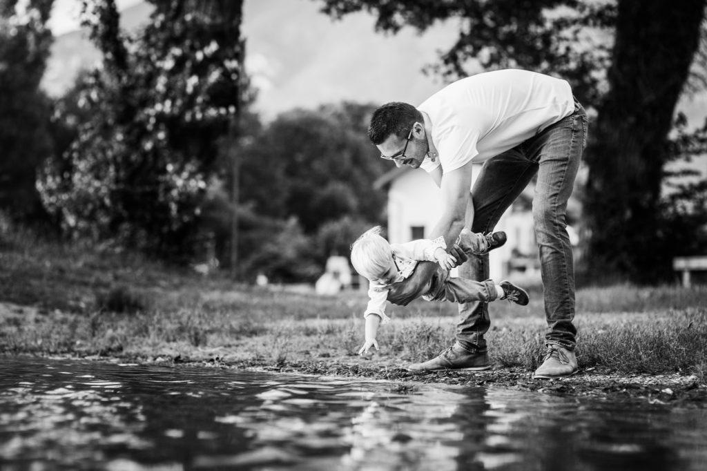 Papa et son enfant au bord du lac à Chambéry