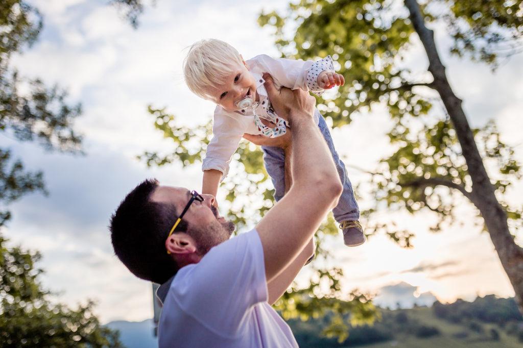 Complicité d'un papa et son bébé