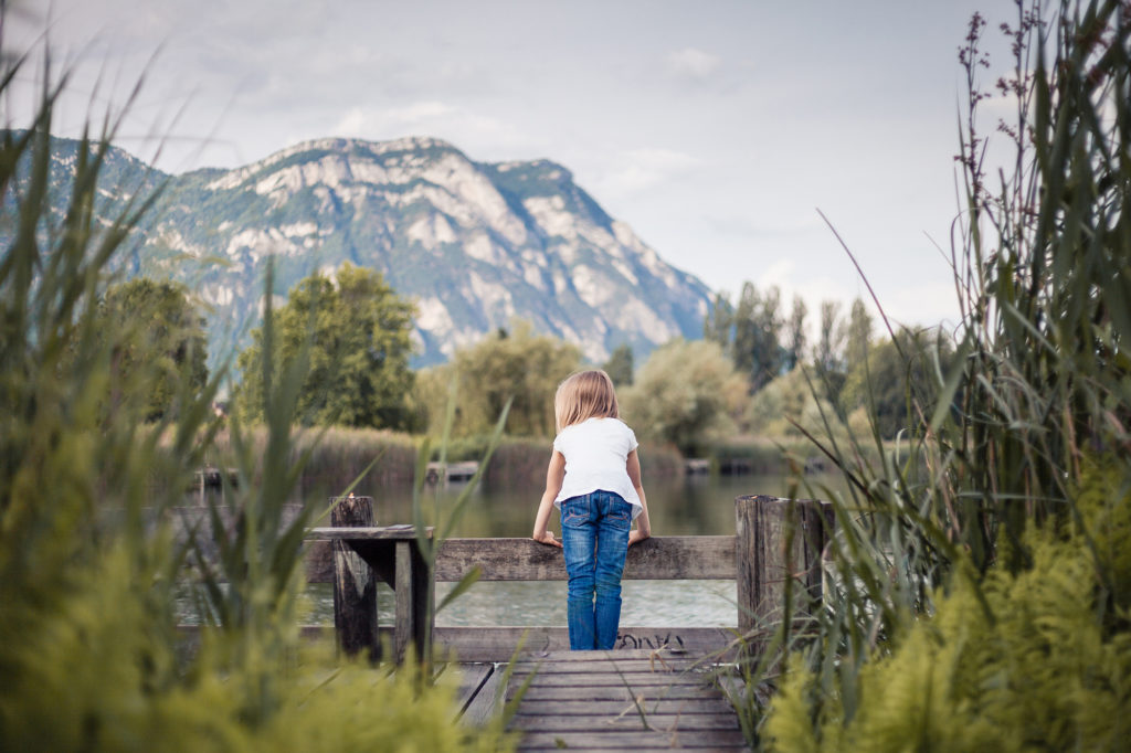 Enfant devant le lac de Saint André en Savoie
