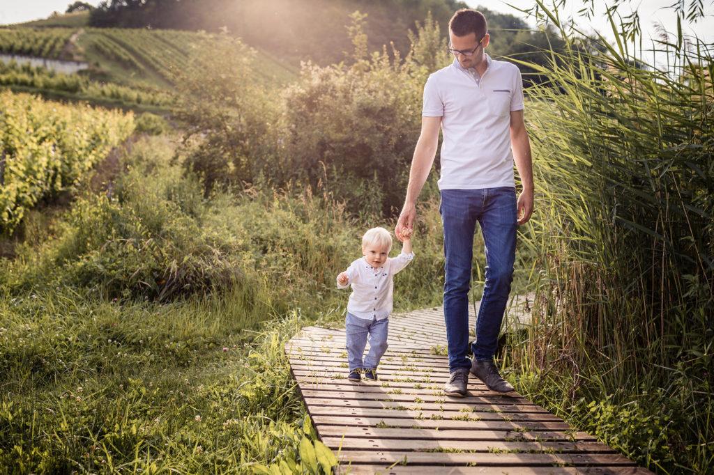 Père et fils durant une séance photo famille à Chambéry