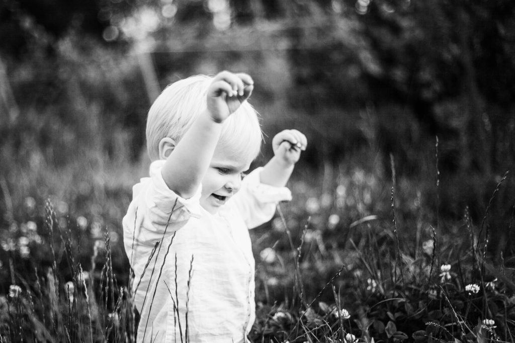 Enfant dans l'herbe en noir et blanc