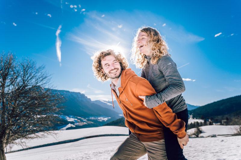 Séance photo couple montagne savoie dans la neige
