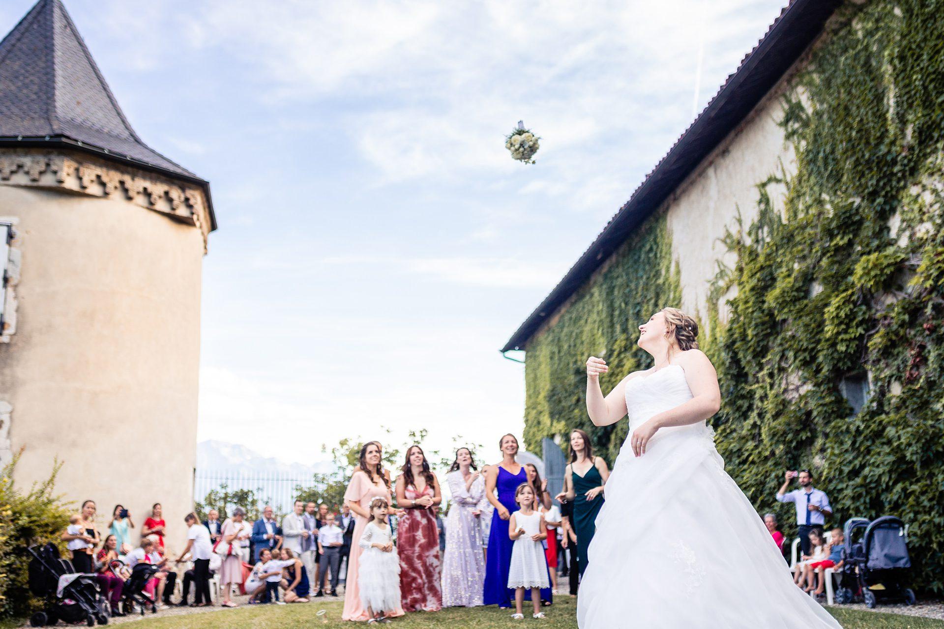 Lancé de bouquet de mariage - Reportage photo de mariage en Savoie Chambéry