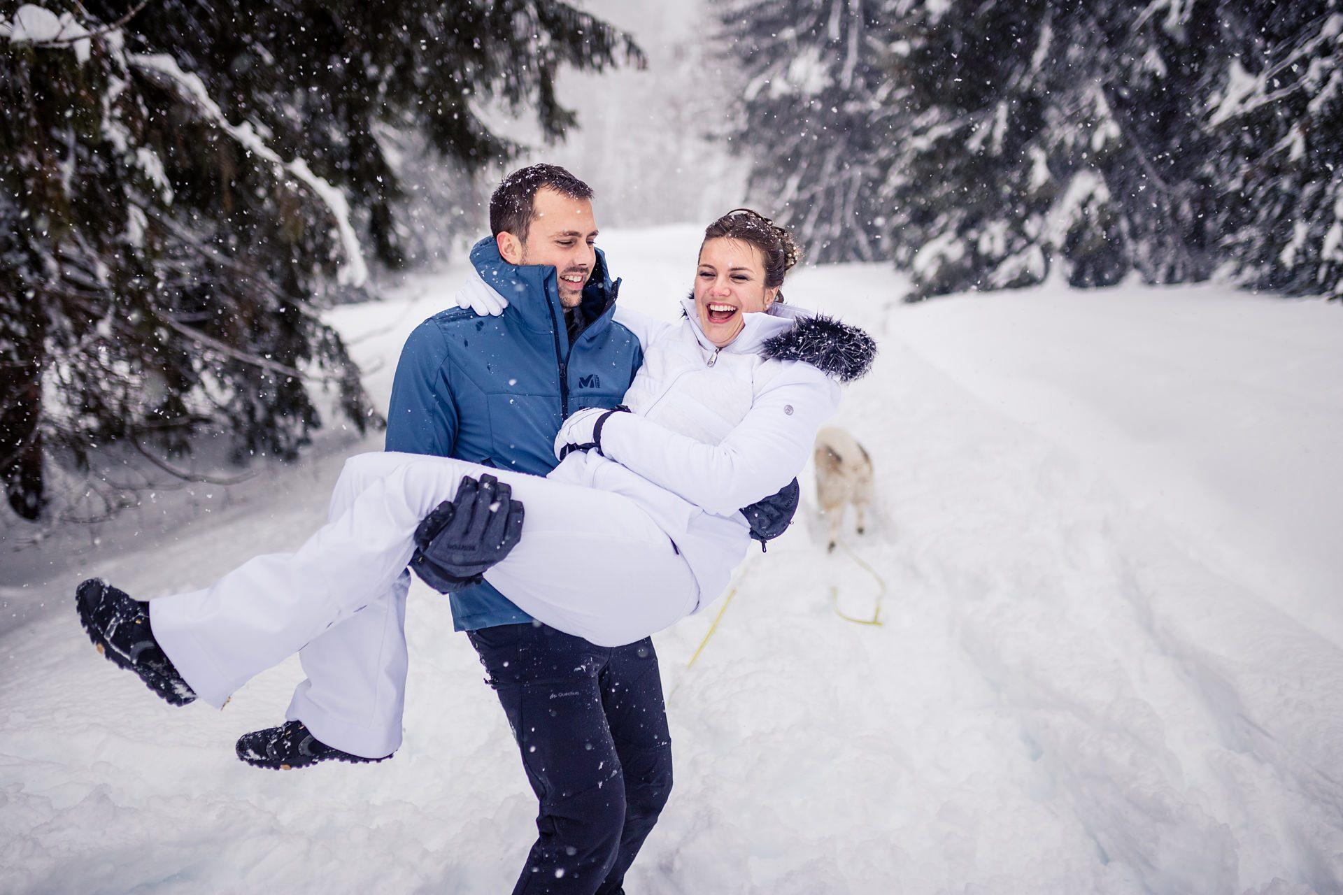 Photographe de mariage dans la neige