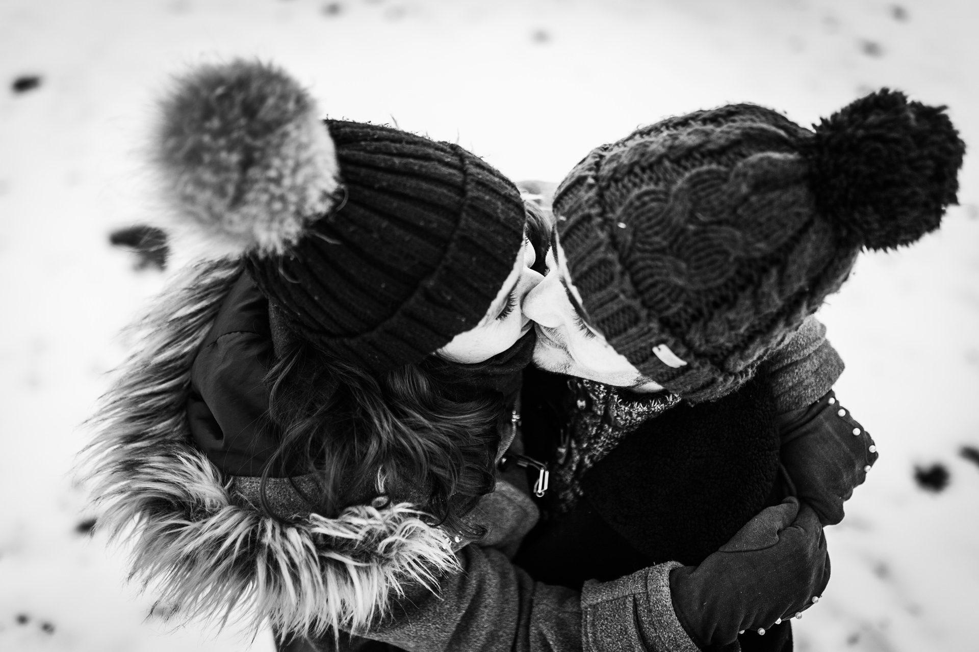 Séance photo de couple en hiver en Savoie