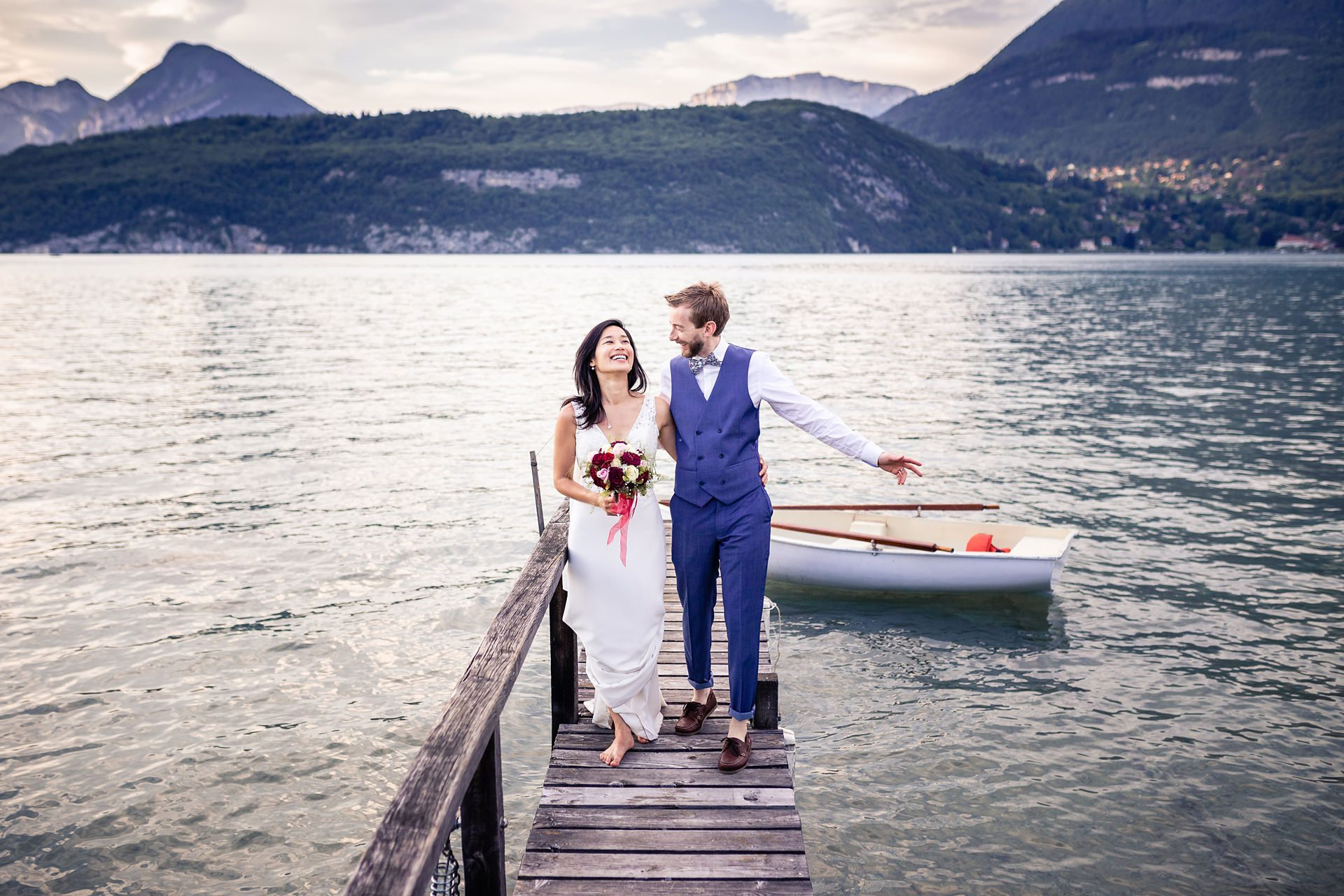 Séance photo de couple mariage au lac d'Annecy - photographe mariage Haute-Savoie